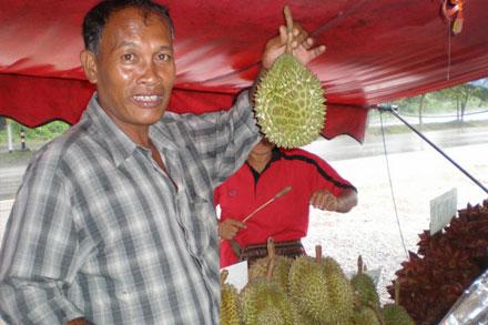 Таец демонстрирует дуриан