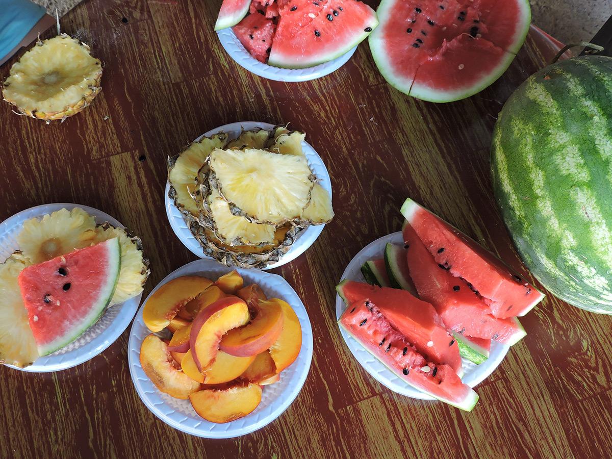 обедененный-стол-из-фруктов